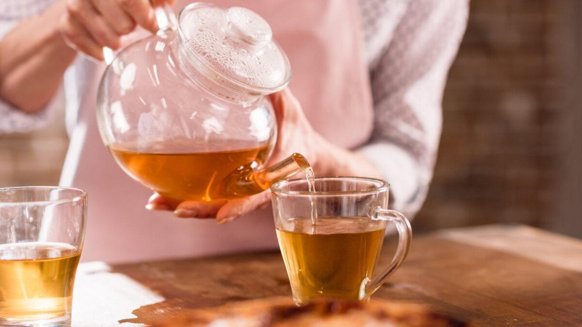 Горячий чай чайник наливать