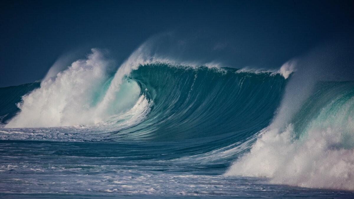 Большая волна шторм в океане