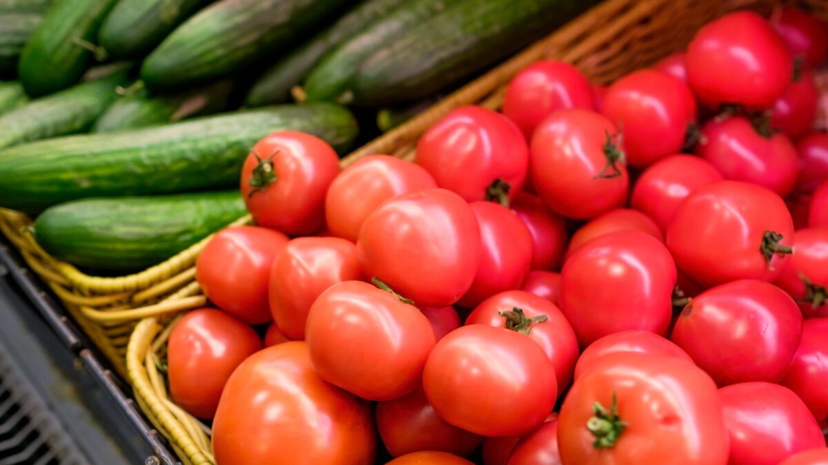 Огурцы и помидоры два