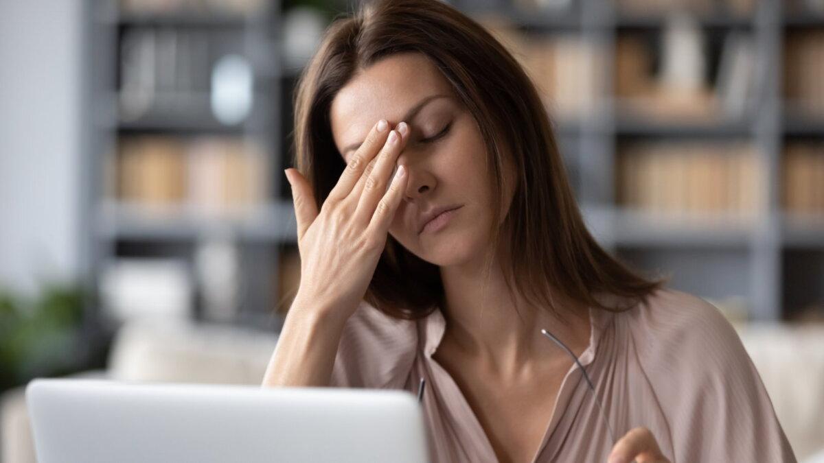 Уставшая женщина офис перегружена работой кожа лица уход