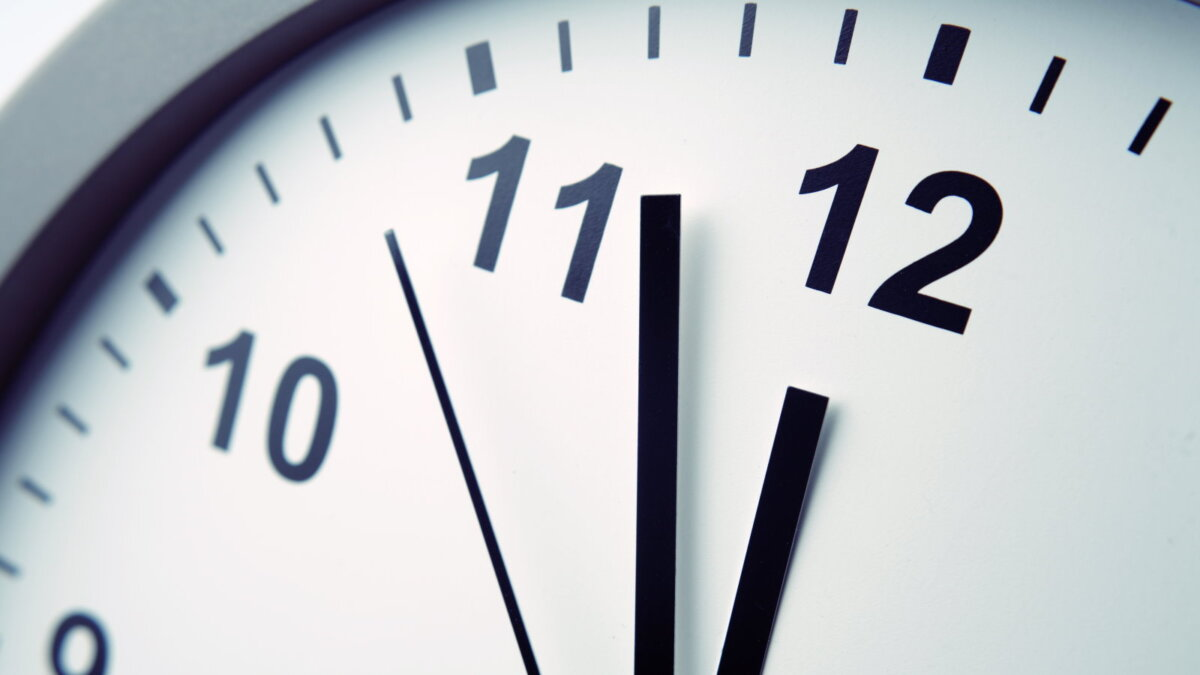 Часы время чёрно-белые