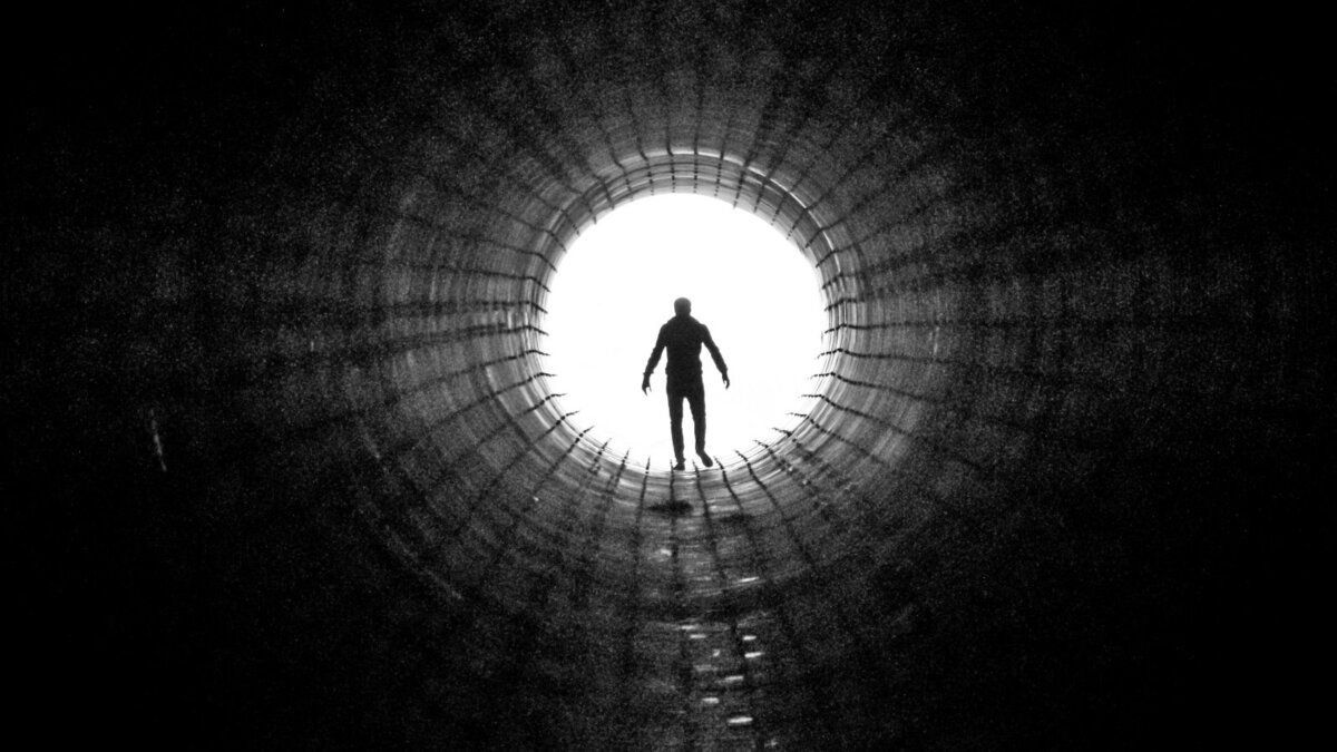 Тёмный тоннель силуэт человека смерть загробная жизнь