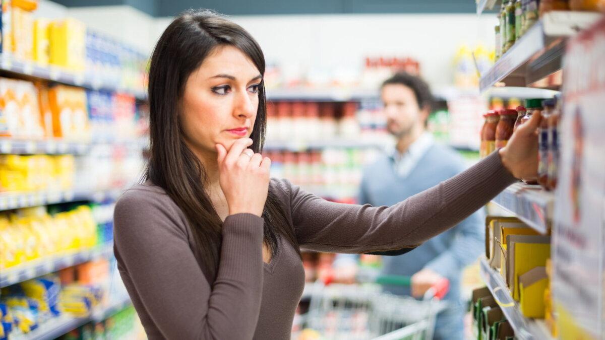Женщина изучает товар этикетку состав в магазине супермаркете