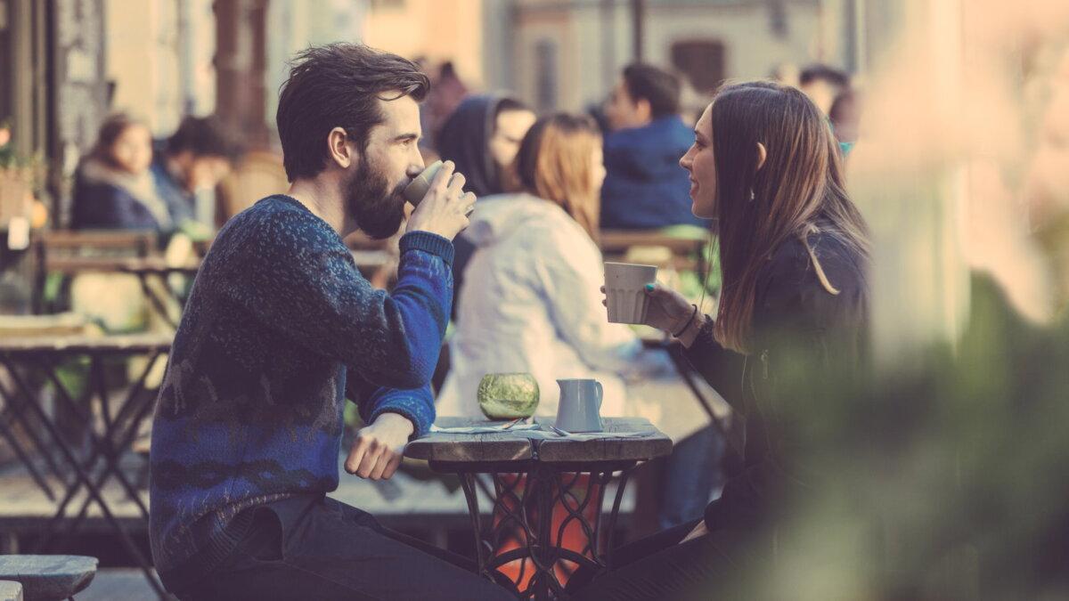 Чашка кофе в кафе на улице
