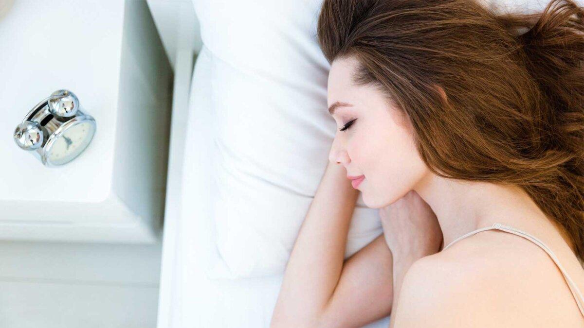 Девушка кровать будильник спит