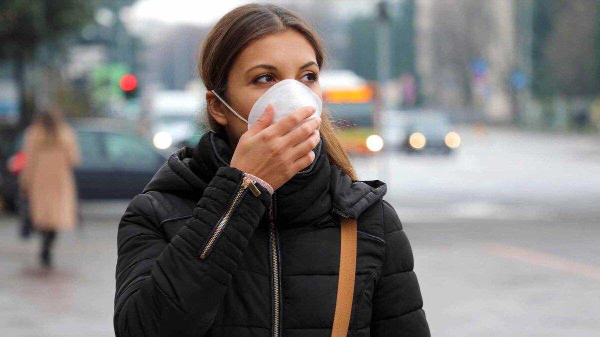 Девушка на улице в маске Pandemic Coronavirus Woman in city street