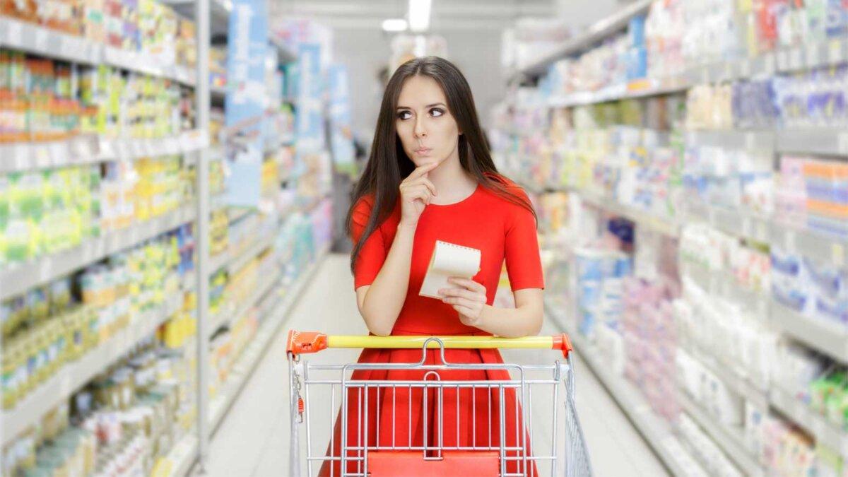 Девушка в красном платье покупки магазин