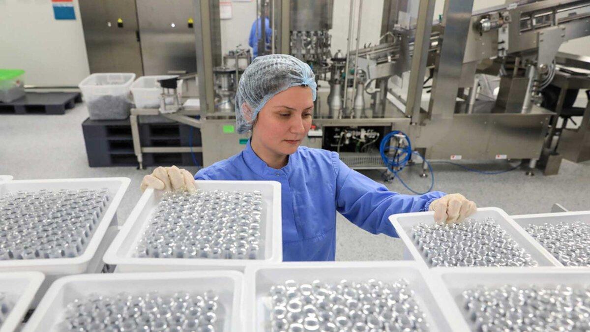 Девушка завод производство вакцина коронавирус