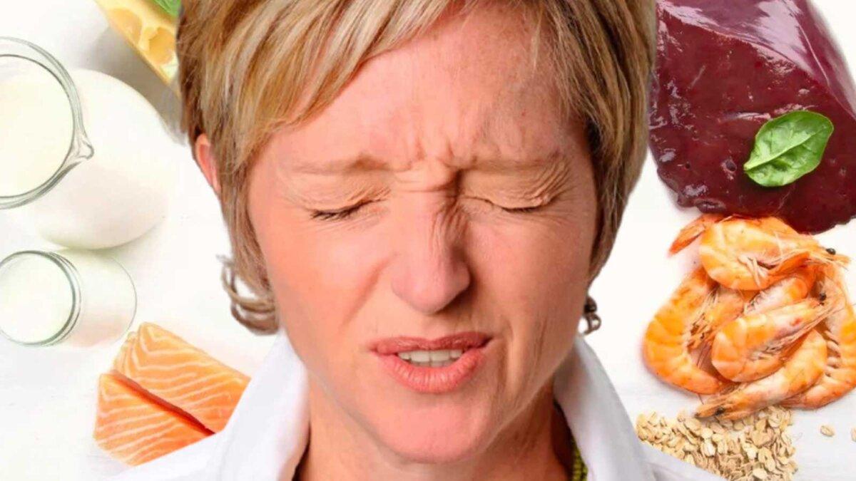 Девушка зажмурилась на фоне продуктов с витамином B12