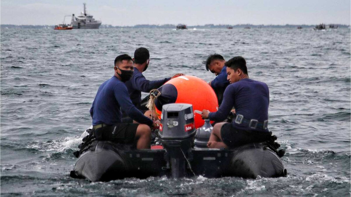 Индонезия падение самолета спасательная группа