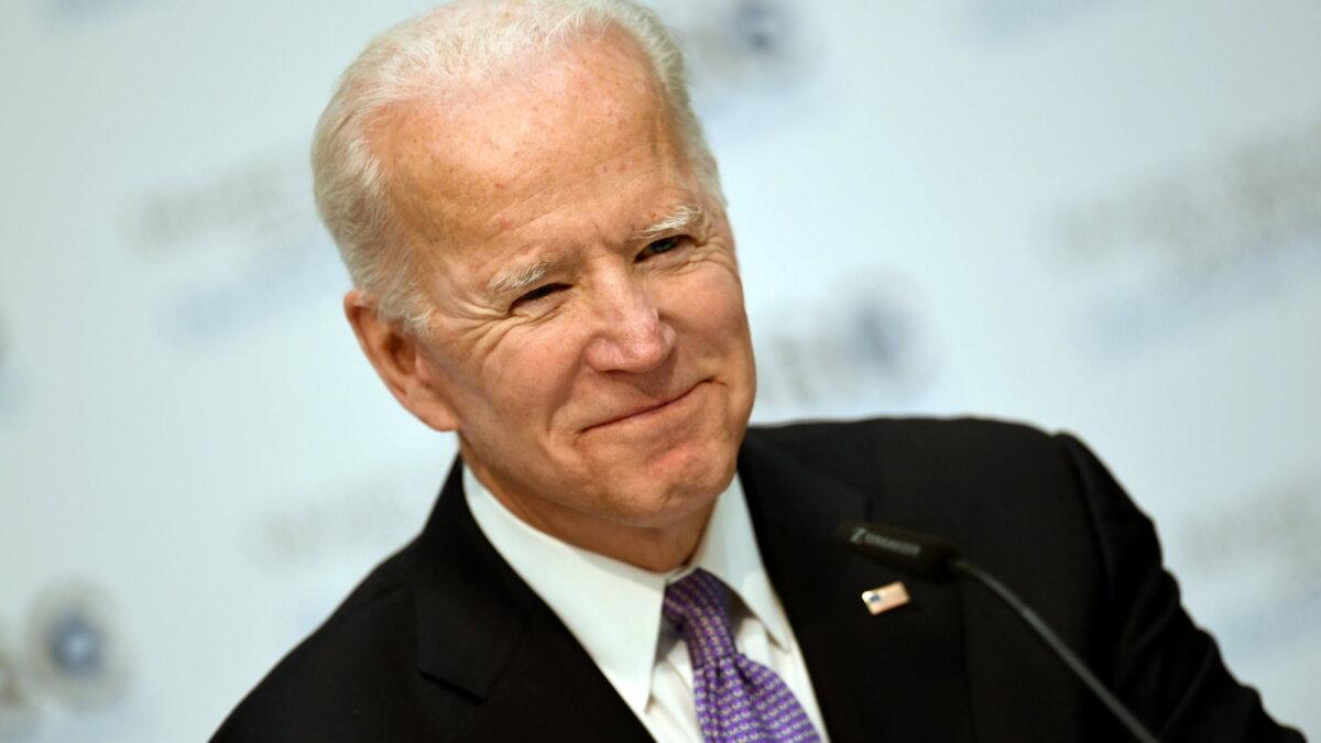 Джозеф Джо Байден - Joseph Joe Biden улыбается один