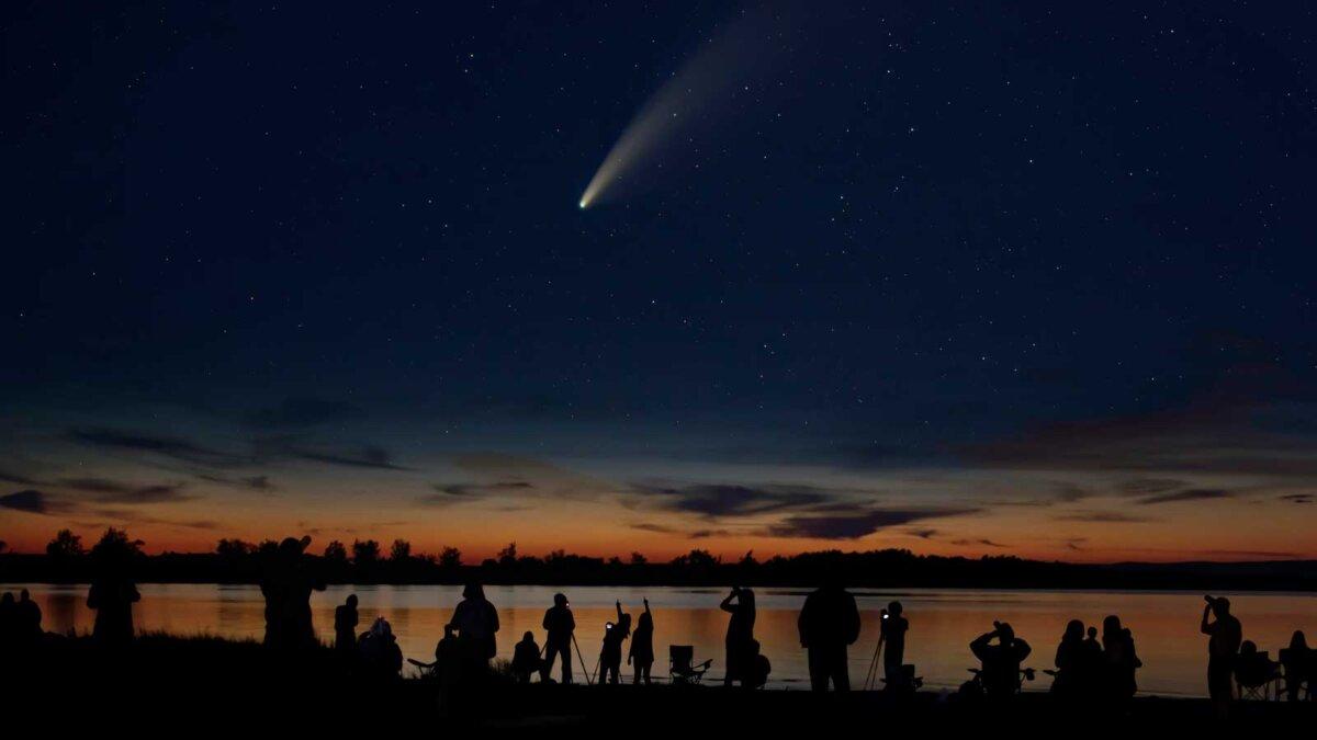 Люди ночью смотрят комета небо