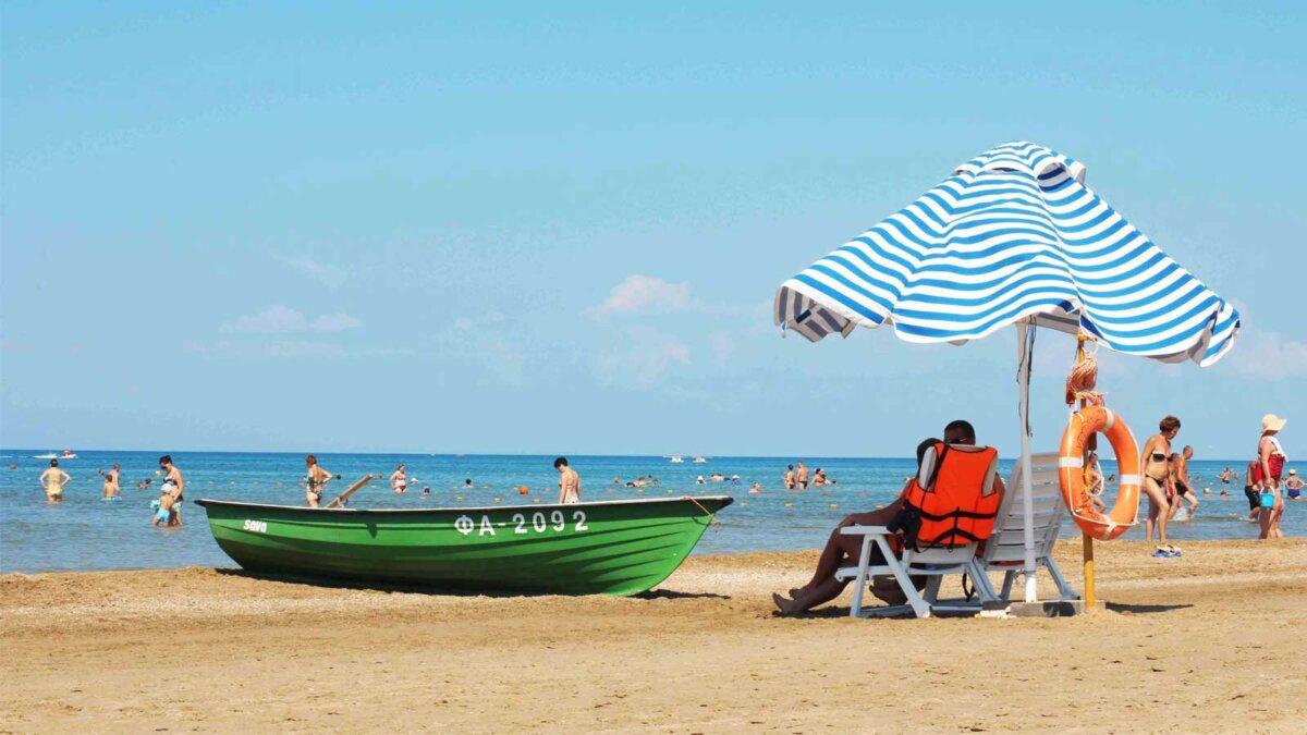 Лодка пляж спасатель Анапа люди море sunbathing and swimming people on the beach