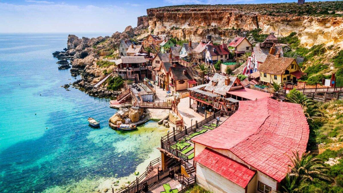 Мальта, Иль-Меллиха Вид на знаменитую деревню Mellieha и залив в солнечный день
