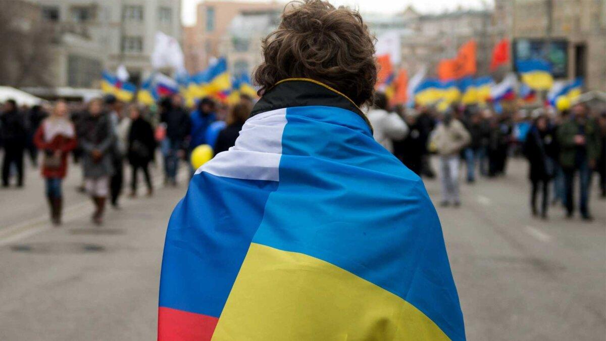 Мужчина флаги Россия Украина