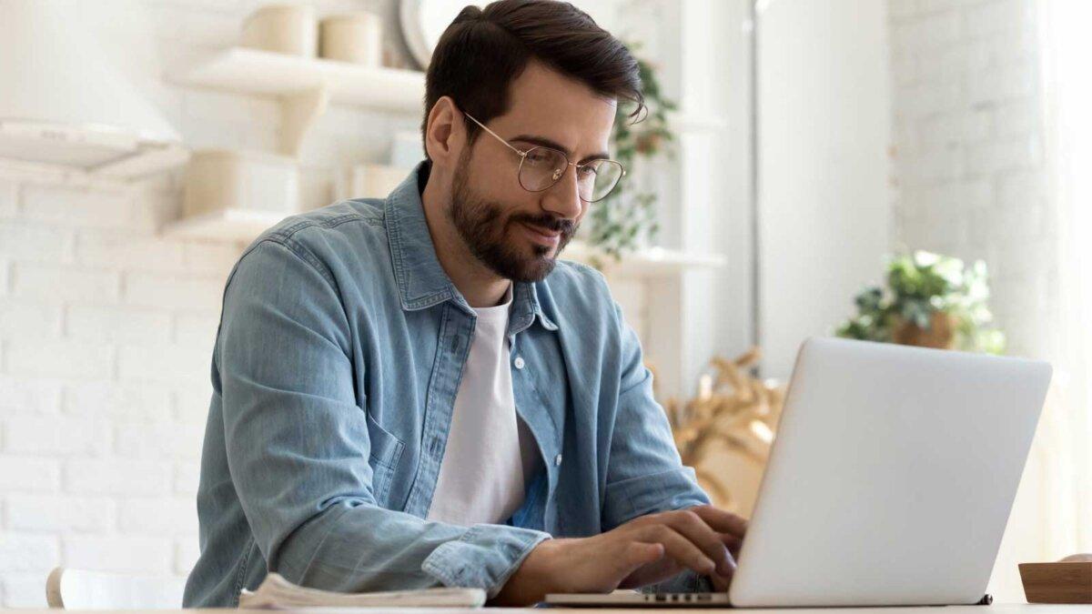 Мужчина сидит за компьютером за столом a person is sitting at a computer