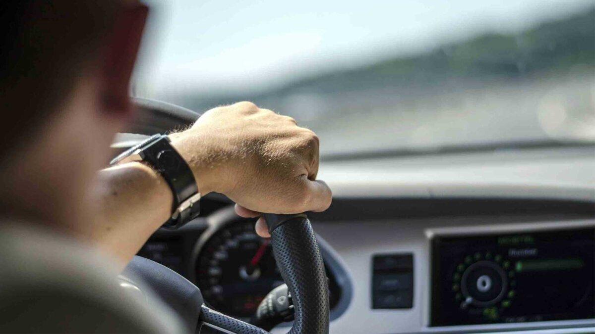 Мужчина управляет автомобилем руль дорога