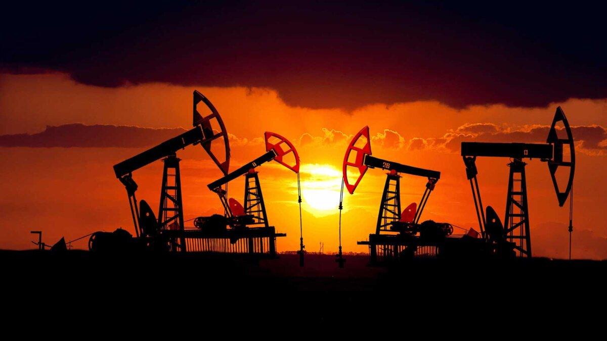 Нефтяное месторождение на закате