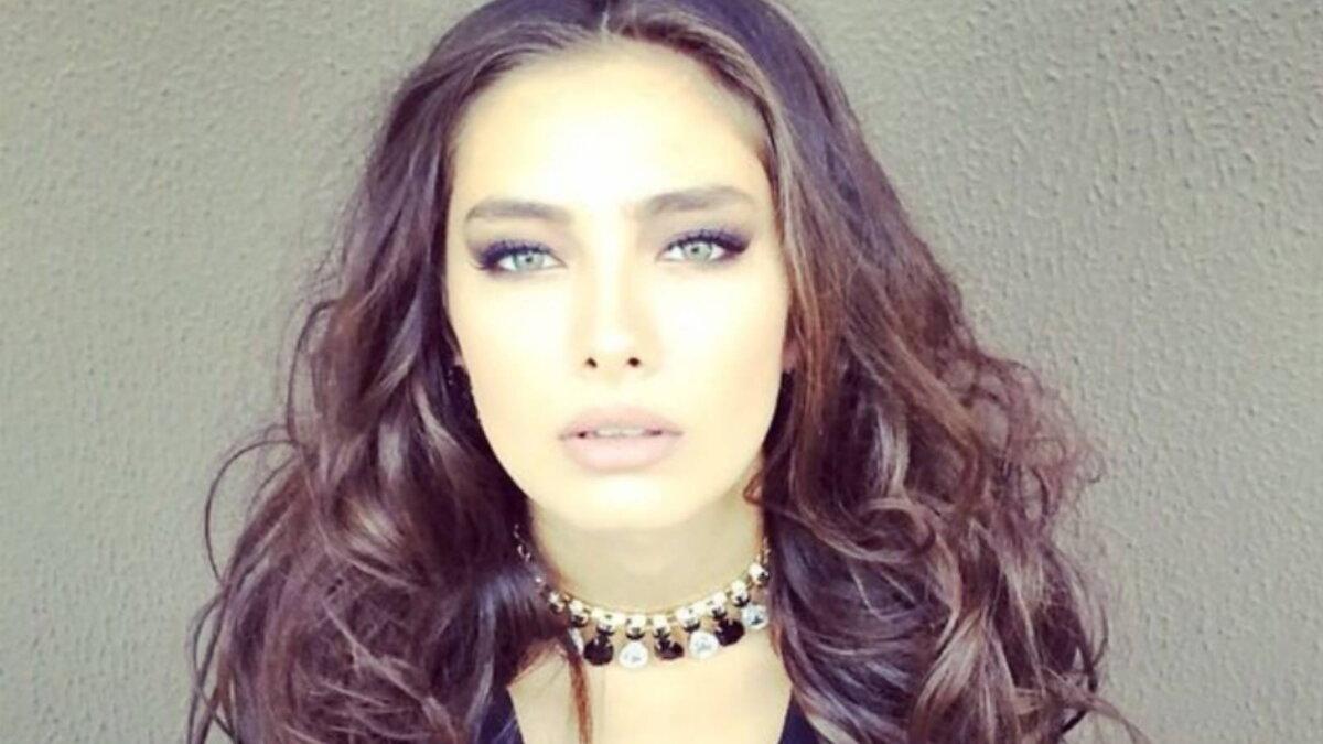 Актриса Неслихан Атагюль один