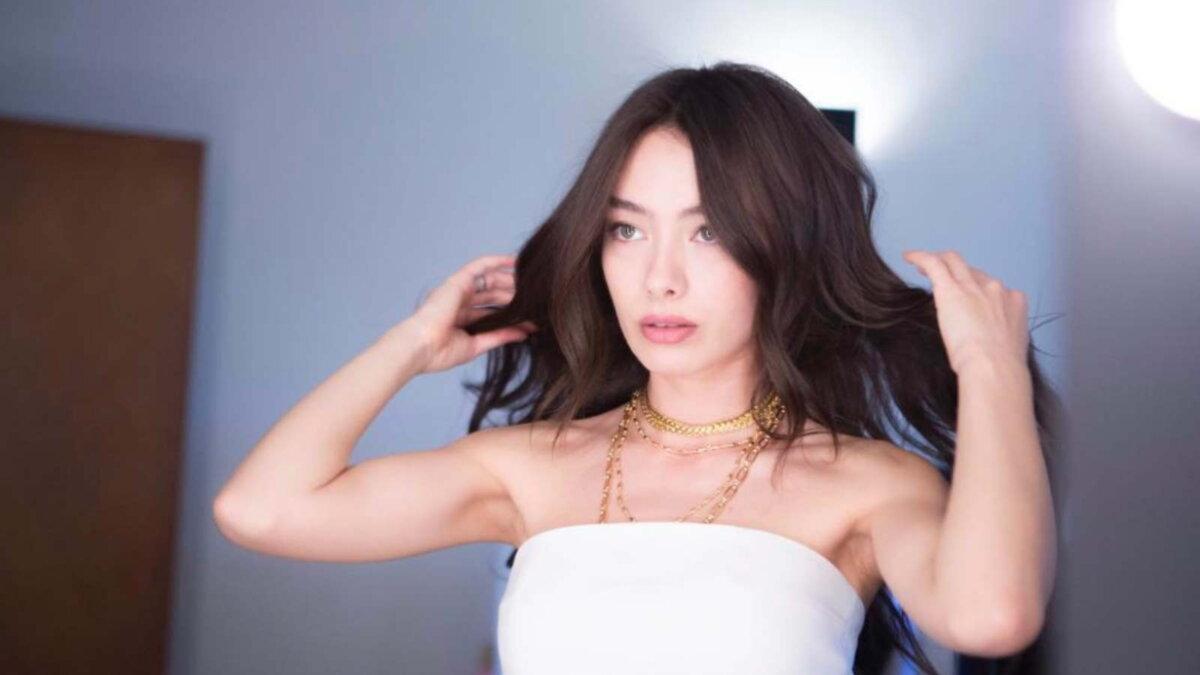 Актриса Неслихан Атагюль три