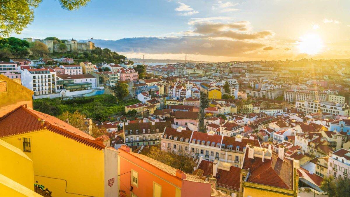 Панорамный вид на Лиссабон на закате Португалия