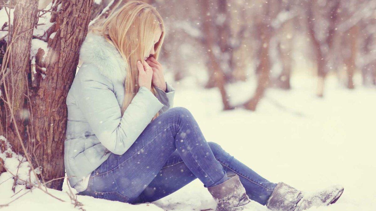 Парк зима девушка замерзла переохлаждение гипотермия sad girl frozen, winter, cold, stress, park