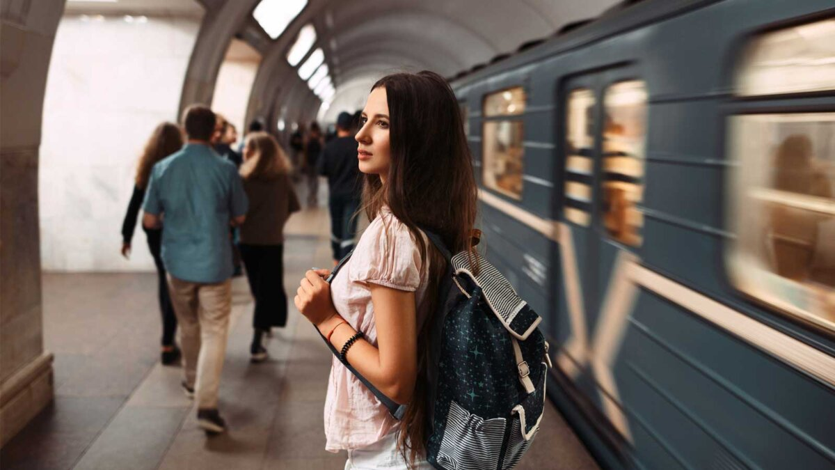 Портрет молодой девушки с сумкой в метро Подросток ждет поезд метро