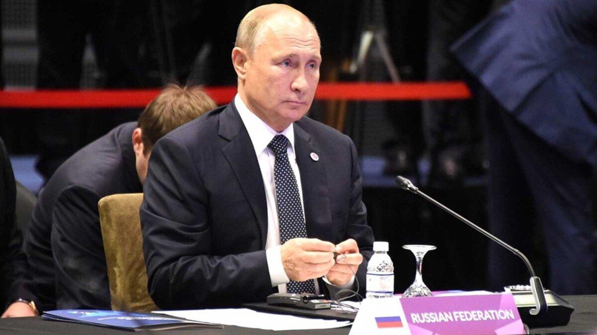 Президент России Владимир Путин с микрофоном