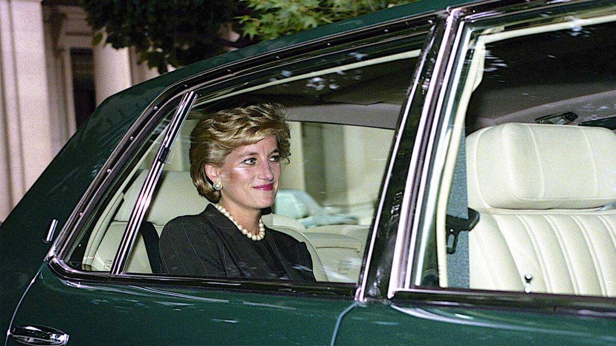 Принцесса Диана едет в автомобиле Princess of Wales leaves the Brazilian Ambassador's residence enroute to the White House