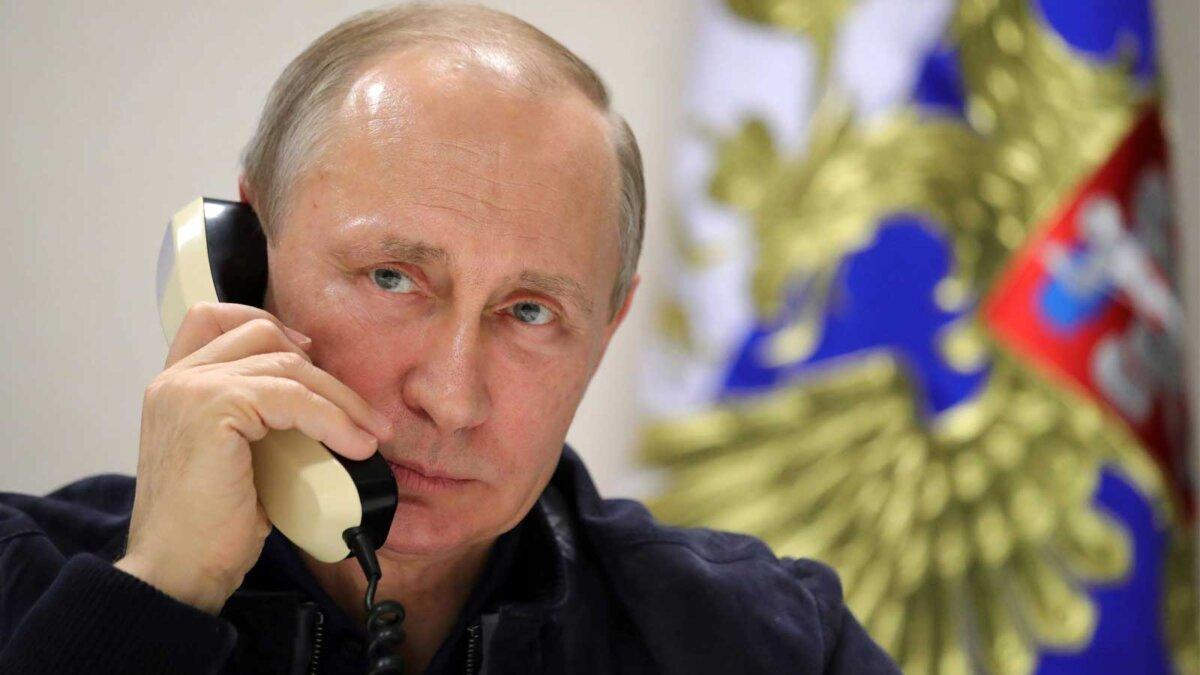 Putin on the phone Владимир Путин по телефону говорит