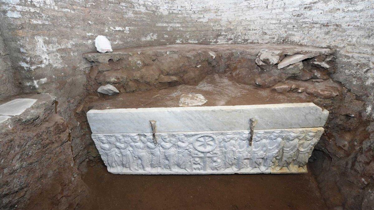 Раскопки находки белый камень мрамор