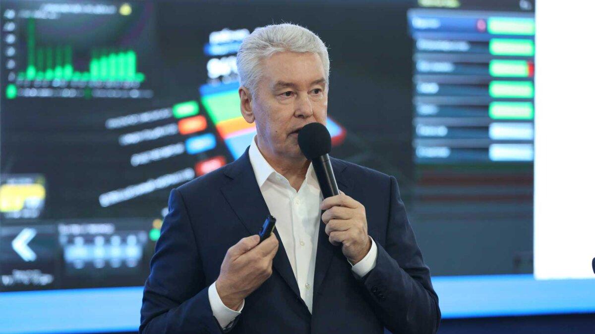 Сергей Собянин говорит микрофон