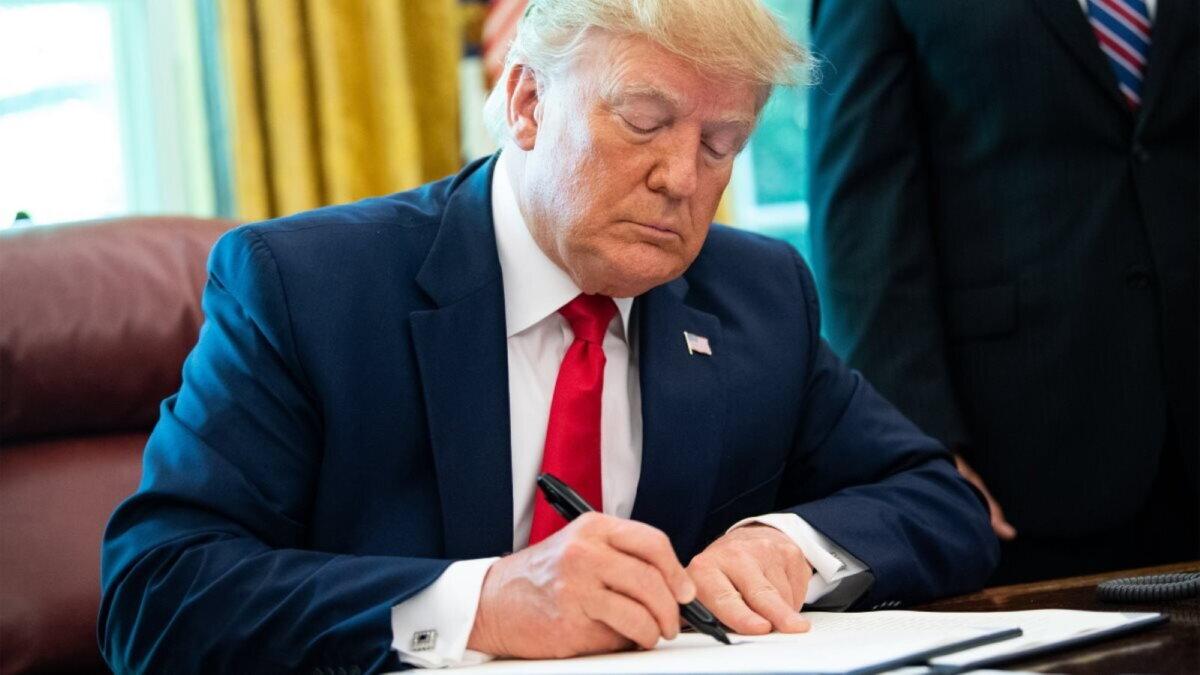 Дональд Трамп подписывает подписал пишет указ приказ документ один