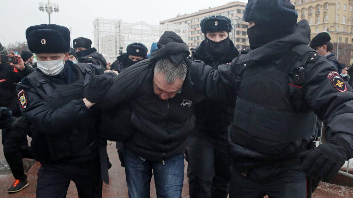 Сотрудники полиции задерживают участника несанкционированной акции в поддержку Алексея Навального