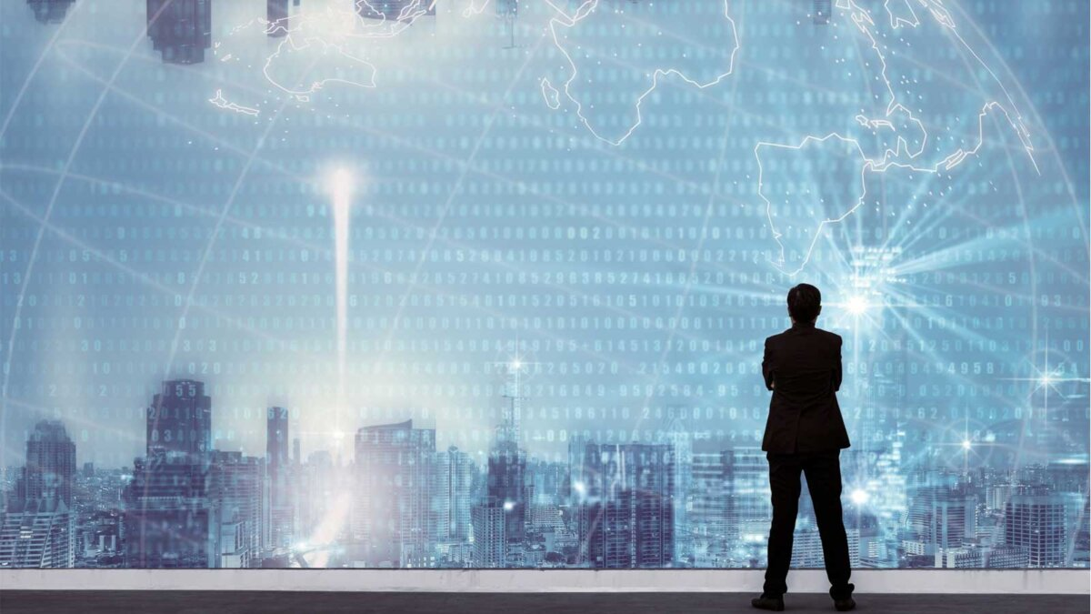 Успешный бизнесмен, стоящий с руками скрещенными на груди, сверху здания и глядя через Cityscape Skyline Night Light
