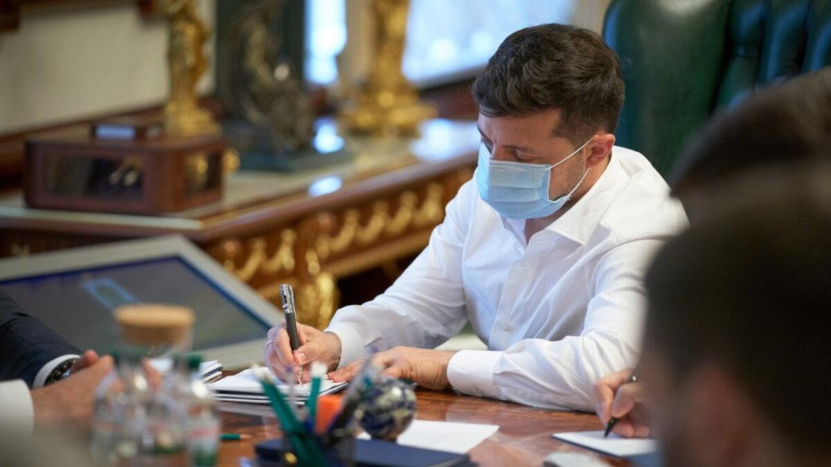 Владимир Зеленский подписывает два