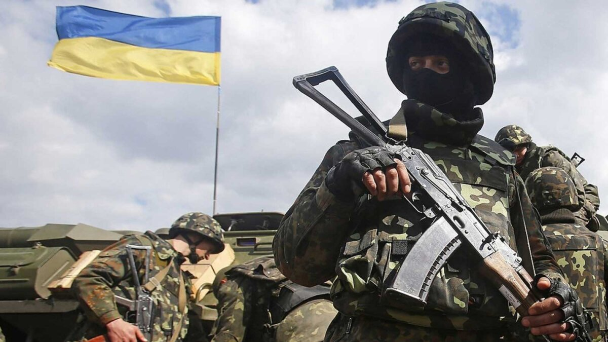 Военный украинской армии с автоматом