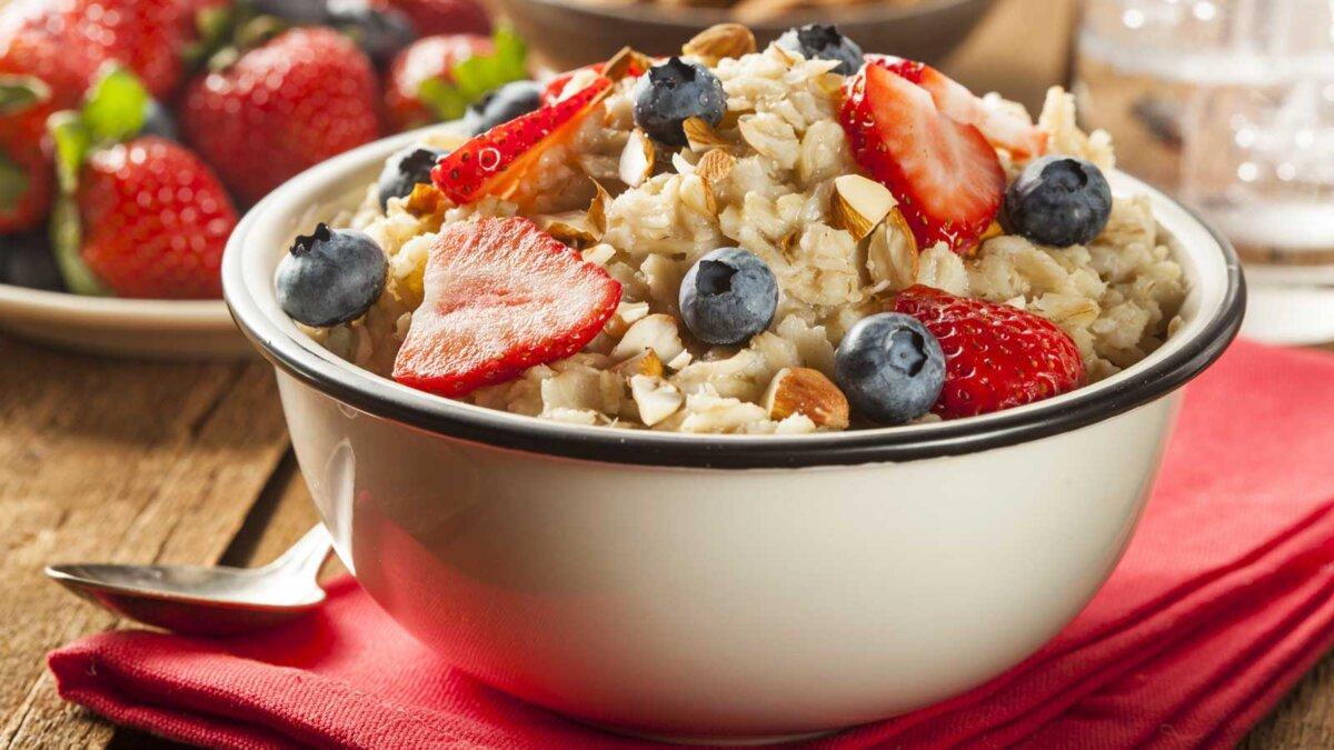 Здоровые домашние овсянки с ягодами на завтрак