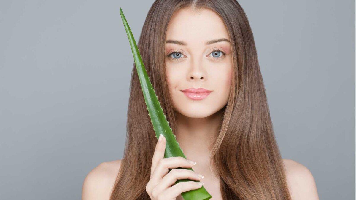 Женщина с прозрачной кожей и длинными здоровыми волосами зеленый лист алоэ