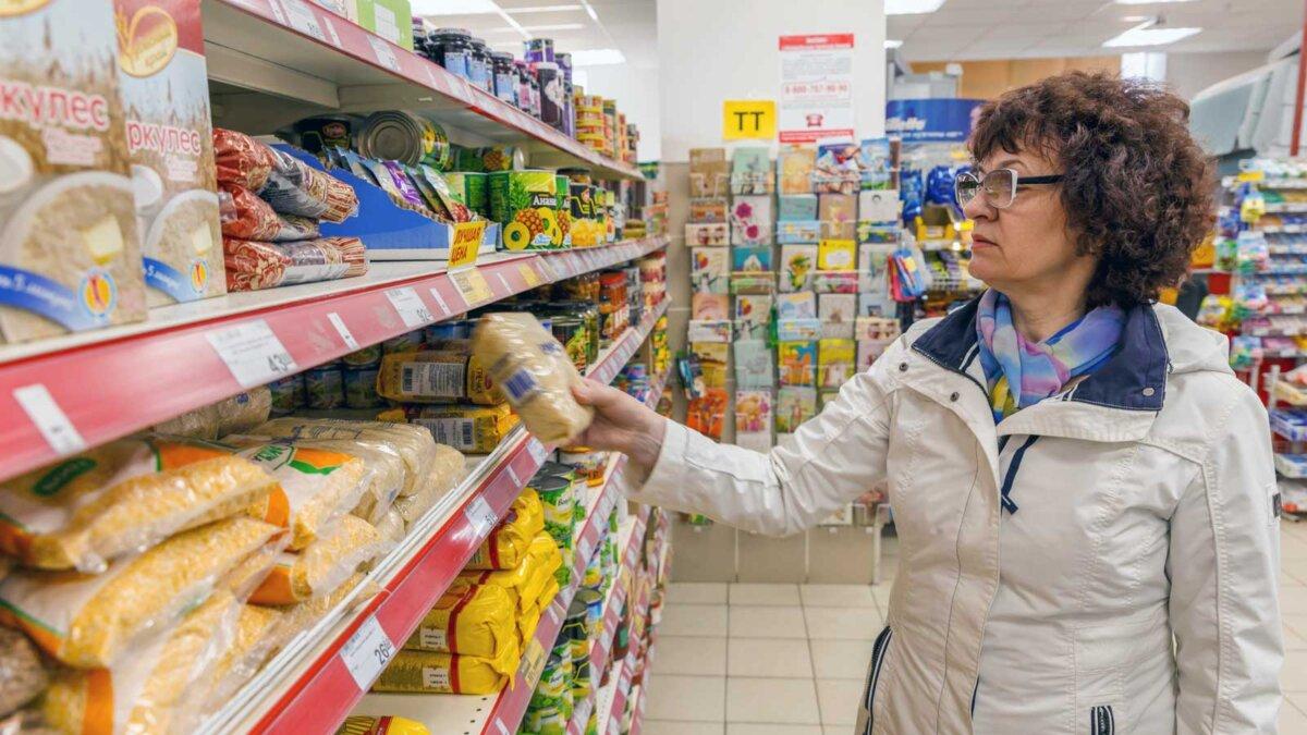 Женщина в магазине выбирает продукты