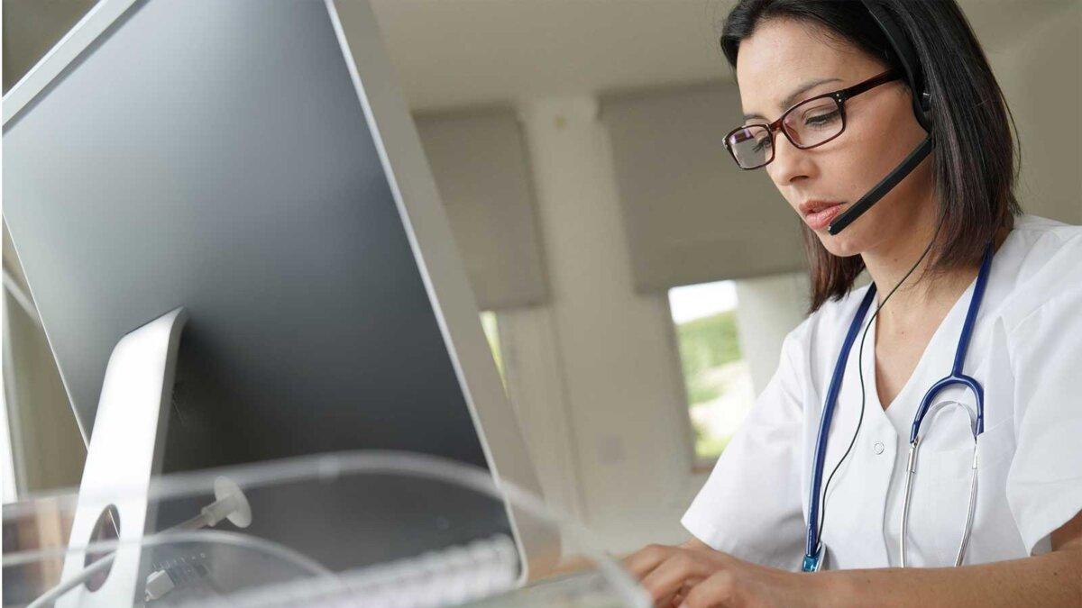 Женщина врач монитор телефон разговаривает secretary phone hospital