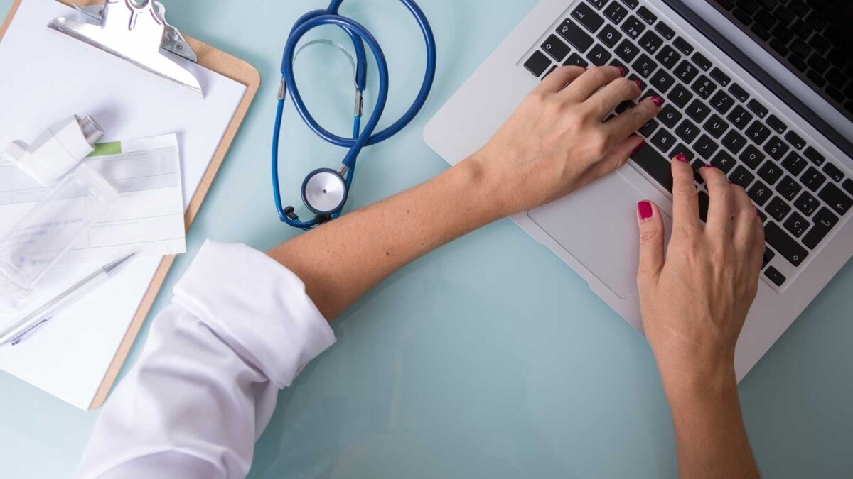 Женщина врач ноутбук