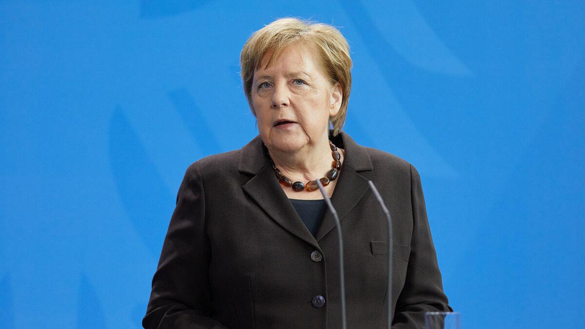 ангела меркель на синем фоне