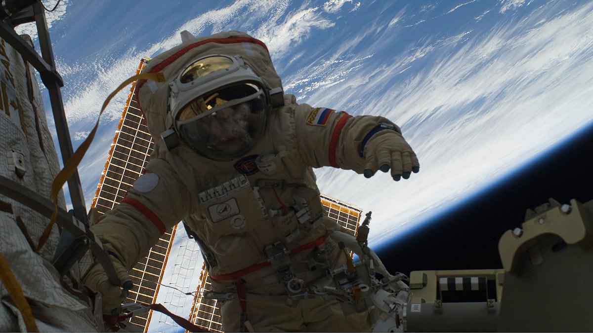 российский астронавт в открытом космосе выход роскосмос