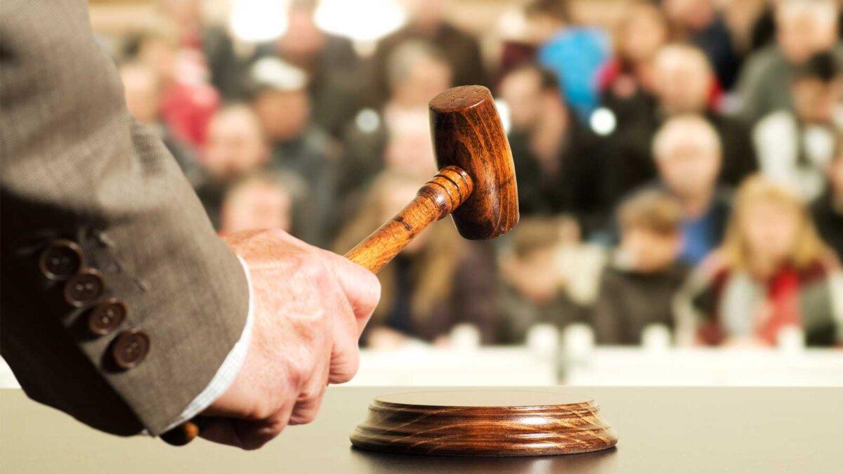 аукцион аукцион продажи суждение молоток с судьей и общественностью
