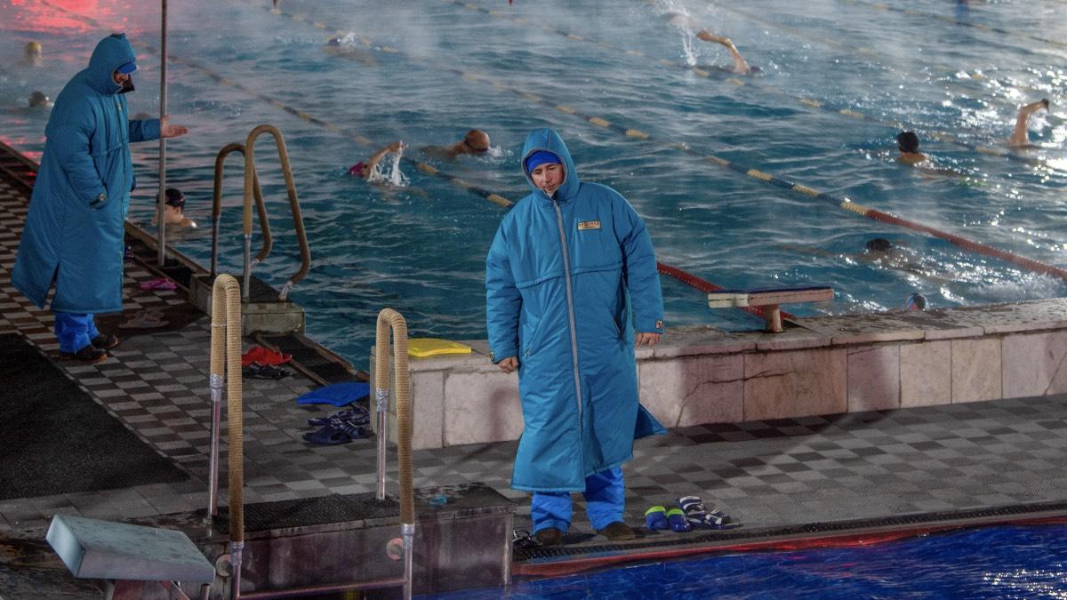 Работа бассейна под открытым небом «Чайка» в центре Москвы