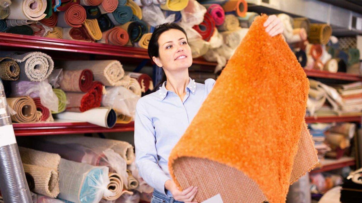 девушка выбирает ковер carpets for sale