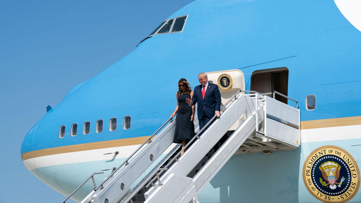 дональд и Мелания трамп спускаются по трапу борт 1 сша
