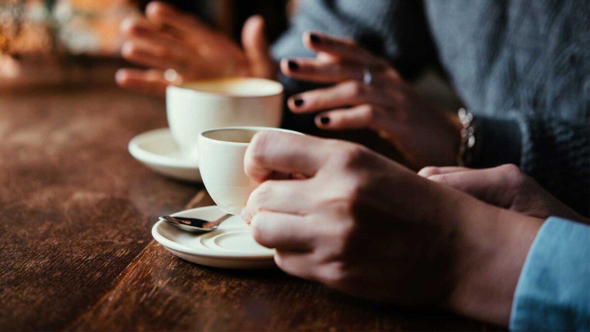 две чашки кофе женские руки стол