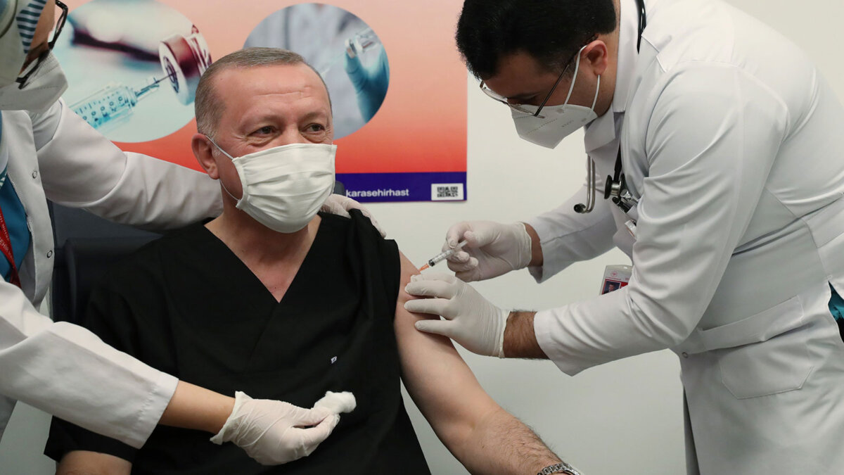 президент турции Реджеп Тайип Эрдоган делает прививку от коронавируса